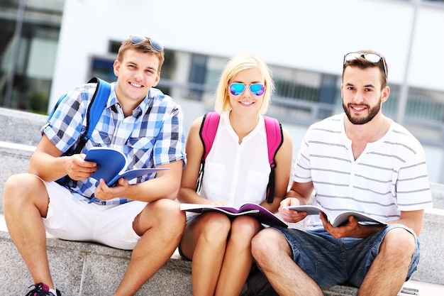 Eine gruppe von freunden, die auf dem campus studieren
