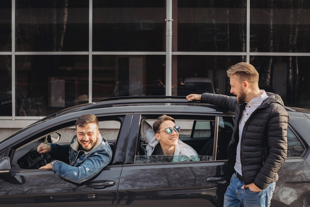 Eine gruppe von freunden, die spaß im auto haben.