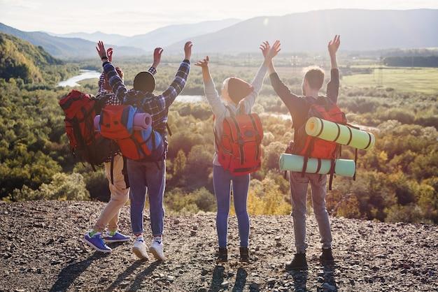 Eine gruppe von fünf glücklichen freunden springt zur sonnenuntergangszeit