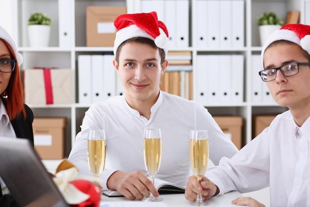 Eine gruppe von geschäftsleuten, die weihnachten feiern
