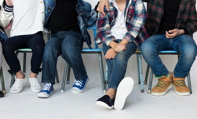 Eine gruppe von grundschülern, die zusammen sitzen