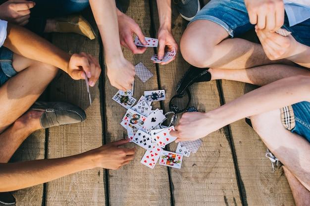 Eine gruppe von jungs, die karten spielen, ansicht von oben