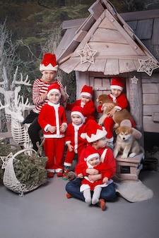 Eine gruppe von kindern, die als helfer des weihnachtsmanns verkleidet waren.