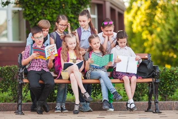 Eine gruppe von kindern geht aufs college.