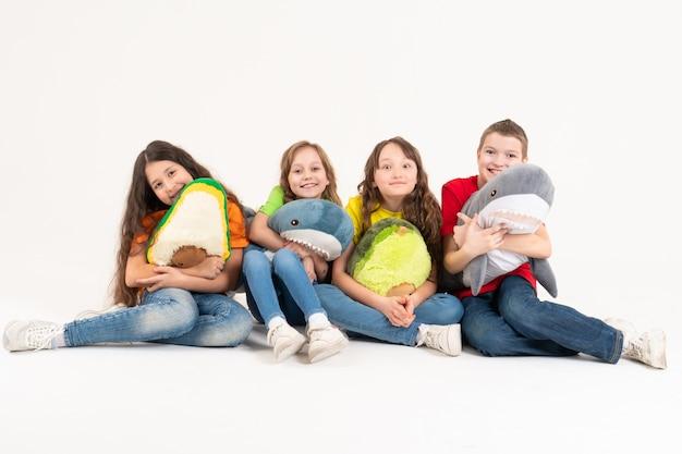 Eine gruppe von kindern in hellen kleidern mit ihren lieblingsspielzeugen. weltkindertag.