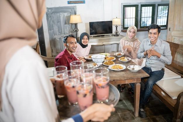 Eine gruppe von kollegen, die zusammen zu mittag aßen, war sehr begeistert, als ihr freund eis in einem ...