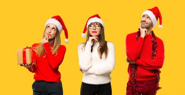 Eine gruppe von menschen blonde frau gekleidet für weihnachtsferien eine idee zu denken