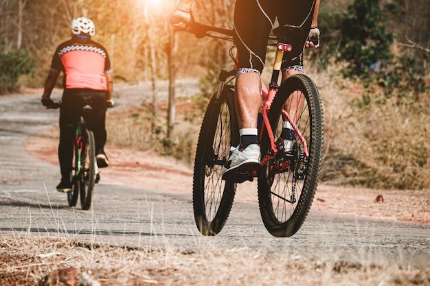 Eine gruppe von menschen, die fahrrad fahren, trainieren zusammen mit glücklich.