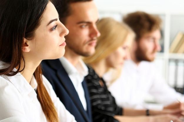 Eine gruppe von menschen hört während des seminars aufmerksam zu