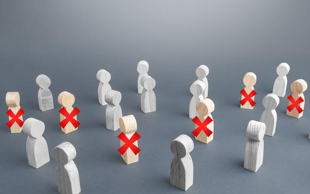 Eine gruppe von menschen ist teilweise mit einem roten kreuz durchgestrichen. massive arbeitslosigkeit des personals