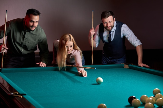 Eine gruppe von menschen oder freunden, die zusammen lustiges billard, snooker oder billard spielen, genießen die freizeit. spaß, billard, freizeit, ruhekonzept
