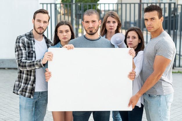 Eine gruppe von menschen steht für frieden