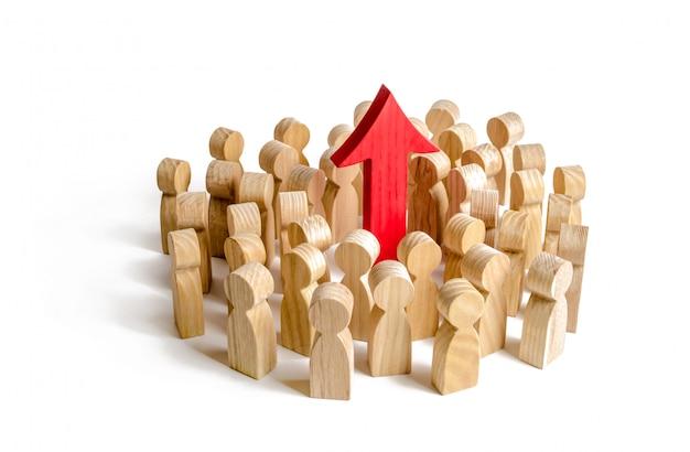 Eine gruppe von menschen umgab den roten pfeil nach oben. suche nach neuen möglichkeiten und optionen
