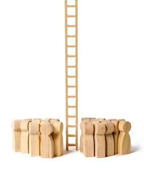 Eine gruppe von menschen versammelte sich an einer langen treppe. die karriereleiter anheben und nach oben schieben