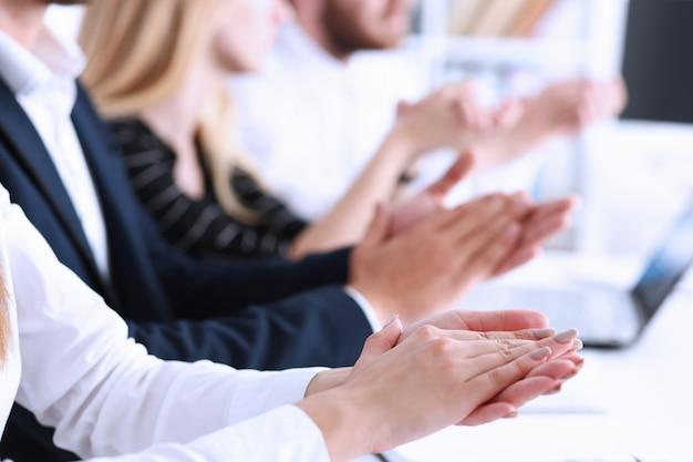 Eine gruppe von personen auf dem seminar applaudierte dem dozenten in der handfläche