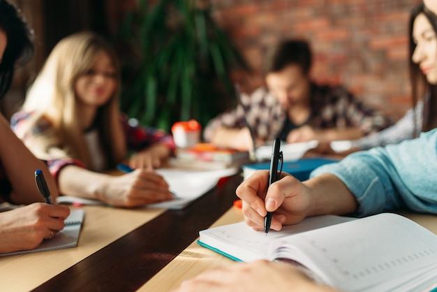 Eine gruppe von schülern bereitet ein teamwork-projekt vor. menschen, die zusammen studieren, universitätsjugendlernfach