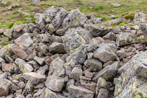 Eine gruppe von steinen rockt. rock mountain naturform klippe.