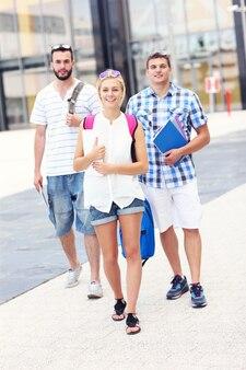 Eine gruppe von studenten, die auf dem college-campus spazieren gehen