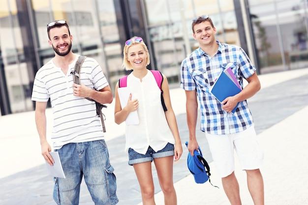 Eine gruppe von studenten, die auf dem college-campus stehen