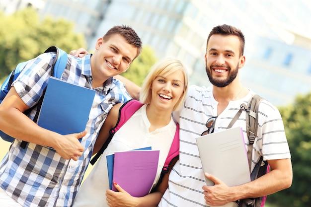 Eine gruppe von studenten, die vor modernen gebäuden stehen
