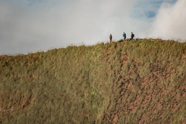Eine gruppe von touristen geht in den bergen spazieren. bali