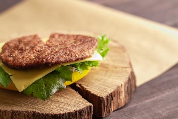 Eine hälfte der appetitlichen straße ungesunde fettburger mit rindfleisch