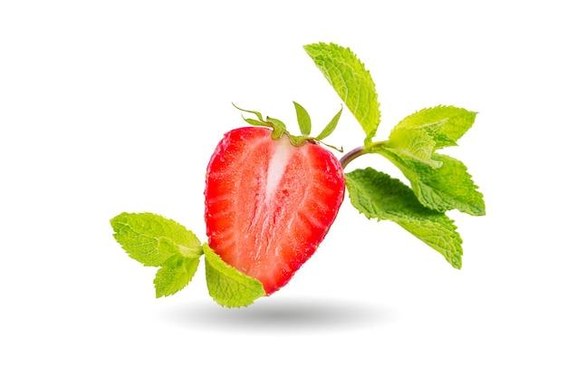 Eine hälfte der erdbeer- und minzblätter isoliert