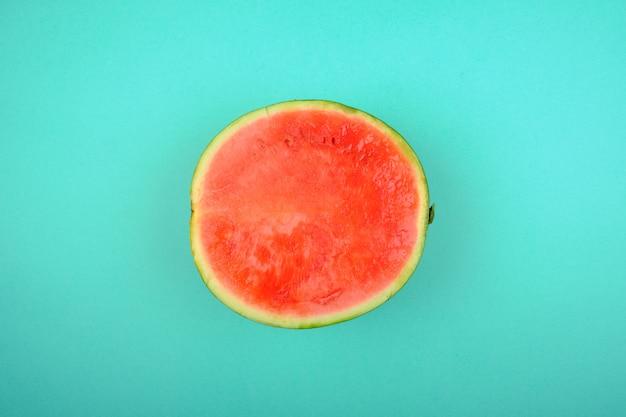 Eine halbe wassermelone mit kräftigen komplementärfarben