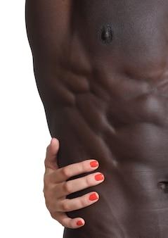 Eine hand, die die bauchmuskeln streichelt