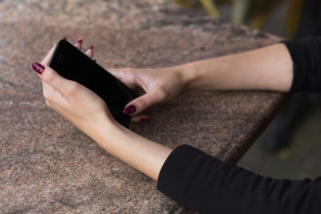 Eine hand, die ein handy hält. hochwertiges foto