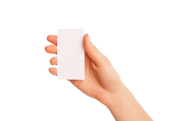 Eine hand hält ein weißes stück pappe. schmaler teil nach oben.