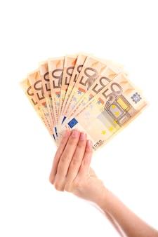 Eine hand hält euro-50-euro-scheine auf weißem hintergrund