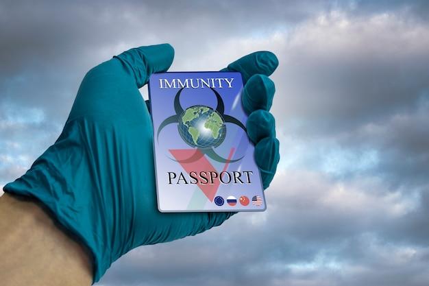 Eine hand in einem medizinischen handschuh hält einen immunitätspass pass, der die immunität gegen coronavirus bestätigt