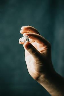 Eine hand packte einen diamanten