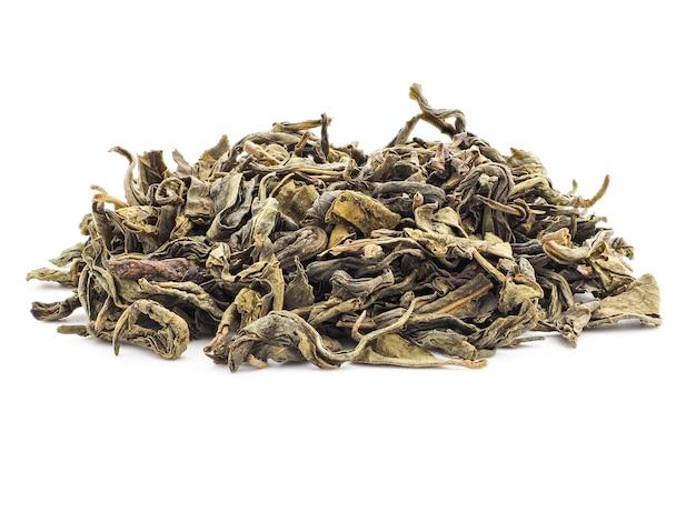 Eine handvoll baikhovi-grüntee auf weißem hintergrund isolieren. getrocknete teeblätter, nahaufnahme.