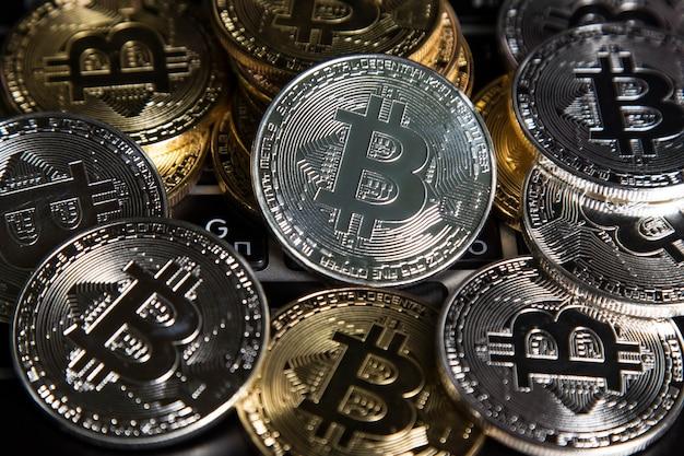 Eine handvoll gold- und silber-bitcoins