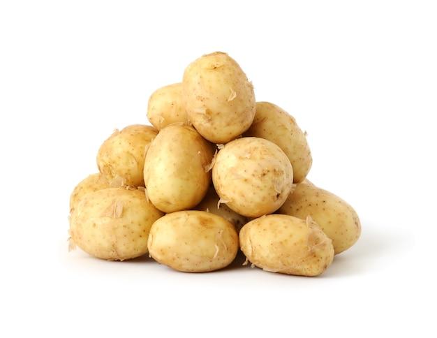 Eine handvoll neue kartoffeln isoliert auf weißem hintergrund