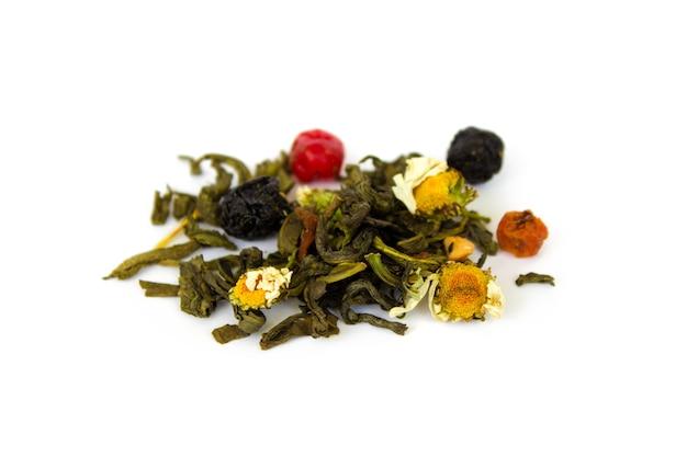 Eine handvoll trockener tee aus blättern, früchten und blumen in nahaufnahme