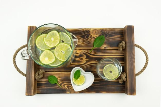 Eine hausgemachte limonade aus limette