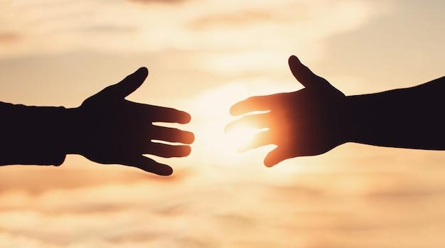 Eine helfende hand geben. rettung, helfende geste oder hände.