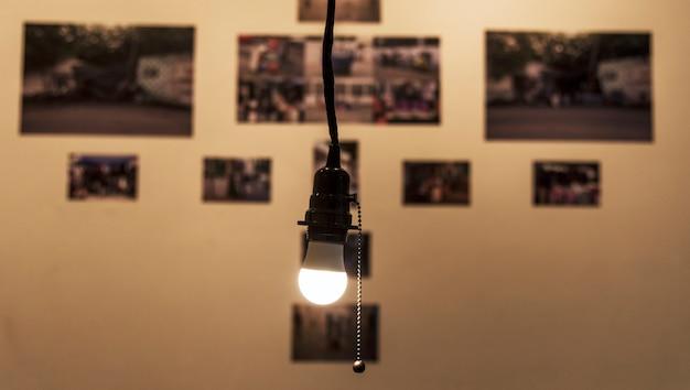 Eine helle glühlampe, die in einem raum hängt