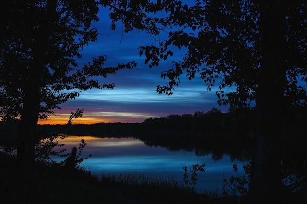 Eine helle morgendämmerung am nachthimmel