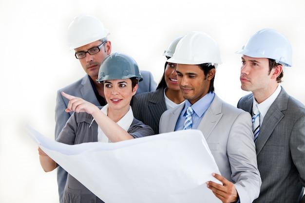 Eine heterogene gruppe von architekten, die einen plan studieren