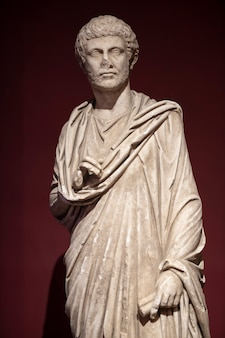 Eine historische statue aus der römerzeit