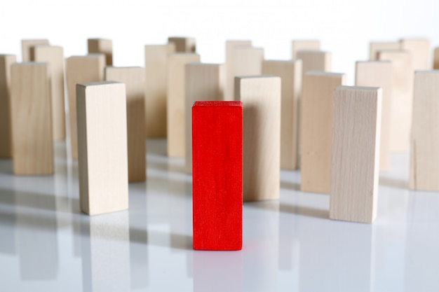 Eine hölzerne blockreihe der roten siegerlotterie