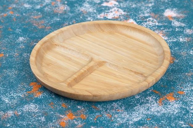 Eine hölzerne frühstücksplatte mit geschnitzten teilen darauf