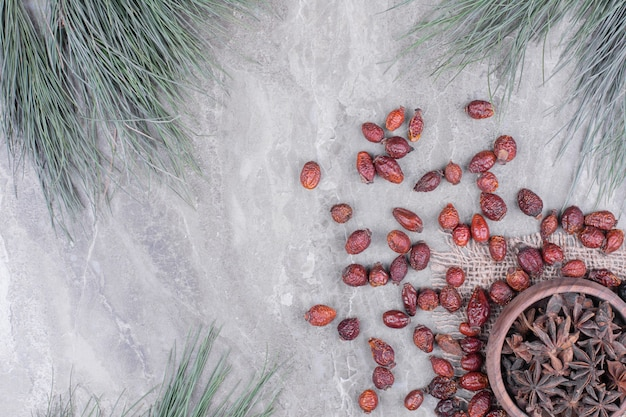 Eine hölzerne tasse voller anisblumen auf dem marmor