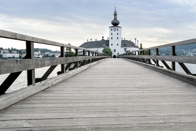 Eine holzbrücke verbindet die kirche mit dem ufer der insel.