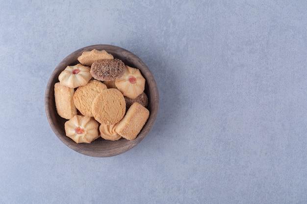 Eine holzschale mit köstlichen süßen keksen.