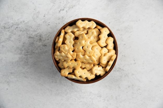 Eine holzschale voller leckerer cracker.